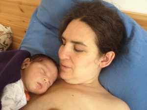Siri en haar baby na de mooie thuisbevalling
